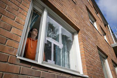 """Lukuisten talojen ikkunoita kivitetty rikki Oulussa, myös autot saaneet osansa ilkivallasta – """"Toivottavasti tämä porukka saataisiin kiinni, jotta he saisivat tarvitsemaansa apua"""""""