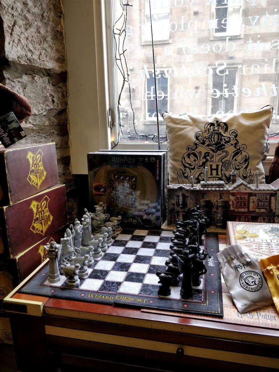 Velhoshakkia, kermakaljoja ja taikasauvoja, muun muassa näitä taikatarvikkeita pursuavat Edinburghin Diagon Housen hyllyt.