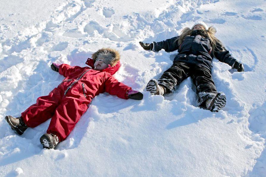 Ilmastonmuutoksen myötä vetisyys uhkaa lisääntyä ja talvet pilvistyä. Sääli olisi, jos talviset leikit ja harratukset katoaisivat niin, etteivät lapset pääsisi enää telmimään lumessa, hiihtämään ja luistelemaan.