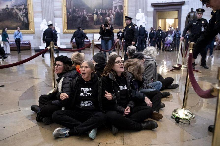 Joukko Donald Trumpin vastustajia järjesti istumaprotestin Yhdysvaltojen senaatin rakennuksen pyöreässä rotundassa. Heidät pidätettiin hetkeä myöhemmin.