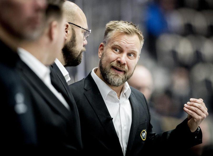 Kärppien päävalmentaja Mikko Manner käy Kalevan Urheilupodcastissa läpi myös valmentajataipaleensa alkuvuosia. Sportin antamien potkujen jälkimainingeissa ura lähti kunnolla lentoon.