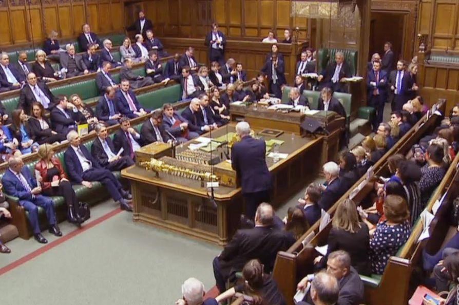 Britannian parlamentti äänesti torstai-iltana hallituksen esityksen mukaan: brexit lykkääntyy, koska hallitus ja parlamentti eivät ole päässeet sopuun EU-eron ehdoista.