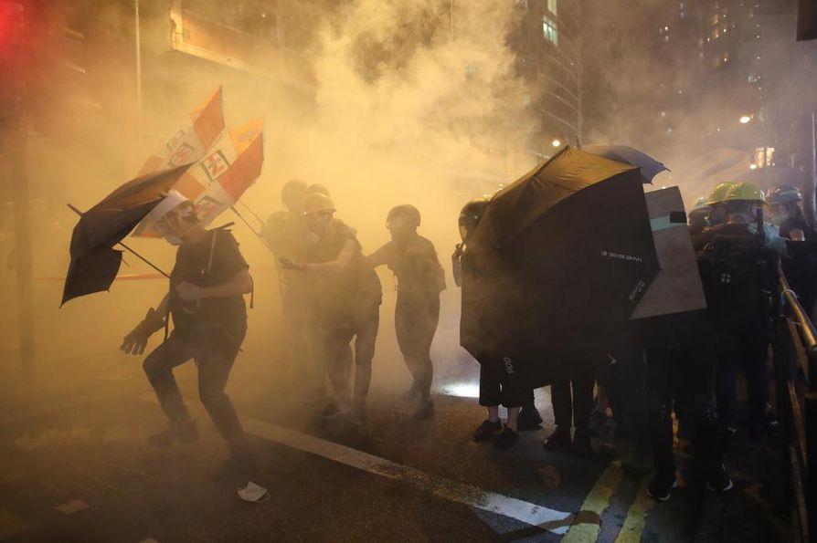 Poliisi puuttui viikonloppuna Hongkongin mielenosoituksiin kumiluodeilla, kyynelkaasulla ja pippurisumutteella. Mielenosoittajat olivat valmistautuneet yhteenottoon kypärillä, kaasunaamareilla ja muilla suojavarusteilla.