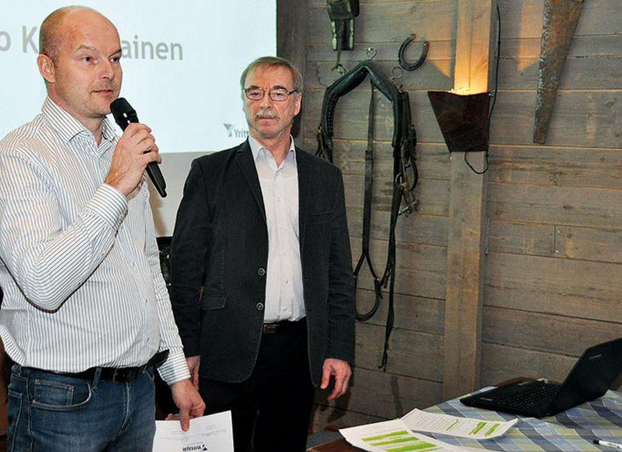 Pudasjärven Yrittäjien  puheen- johtaja Marko Rautio  vastaanotti palkinnon   Pohjois-Pohjanmaan  Yrittäjien puheenjohtajalta  Lauri Mikkoselta.