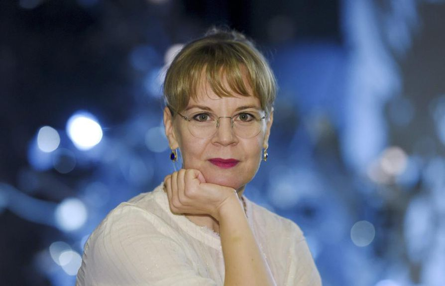 Työ kulkee Susanna Mälkin mukana kaikkialle. Hän kuvailee sävellysten hengen aistimista kapellimestarin salapoliisityöksi.