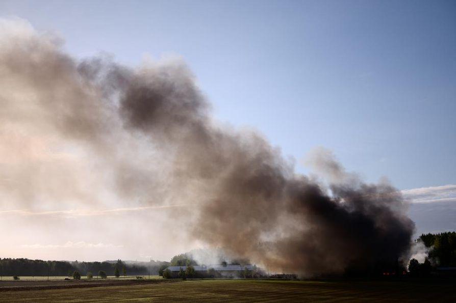 Salon Halikossa palava kynttilätehdas aiheuttaa erittäin runsasta ja myrkyllistä savua. Pelastuslaitos pyytää alueen asukkaita pitämään ovet ja ikkunat kiinni sekä väistämään savua tarvittaessa.