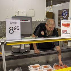 Kalatiskin jatkuminen huolettaa asiakkaita - Tokmannilta luvataan, että Texin suosittu tuorekalatiski jatkaa omistajan vaihdoksen jälkeenkin.