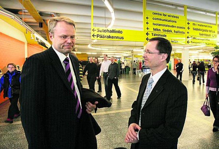 Kyösti Oikarisen (edessä) ja Lauri Lajusen tiet kohtasivat Oulun yliopiston pääaulassa pian äänestystuloksen julkistamisen jälkeen.