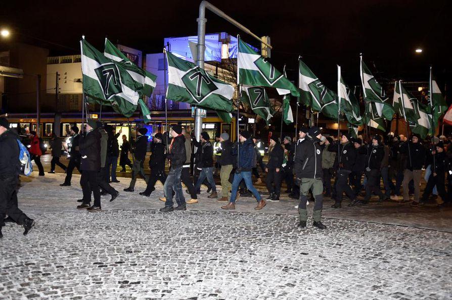 Pohjoismainen vastarintaliike on järjestänyt kaksi Kohti vapautta -nimistä itsenäisyyspäivän kulkuetta. Tänä vuonna kansallissosialistisen marssin järjestää samanniminen liike, koska PVL on väliaikaisessa toimintakiellossa. Kuva vuodelta 2017.