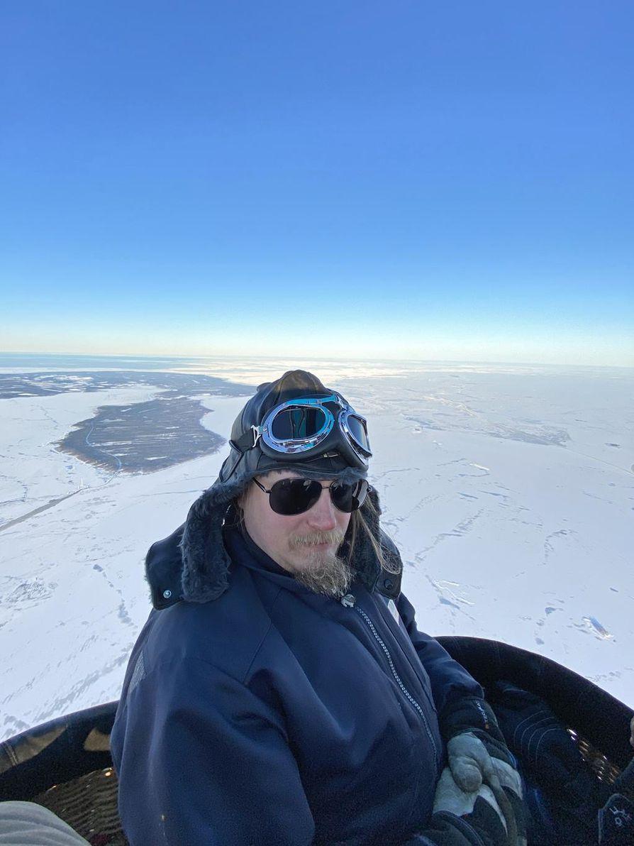Kuumailmapallo nostaa Juha Juutisen parhaimmillaan puolentoista kilometrin korkeuteen Perämeren yläpuolella.