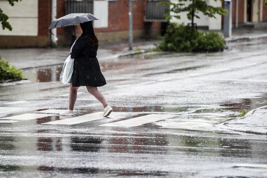 Pohjois-Pohjanmaata vaivanneesta kuivuudesta päästään vihdoin eroon, kun alkava viikko tuo mukanaan sateita ja ukkosta.