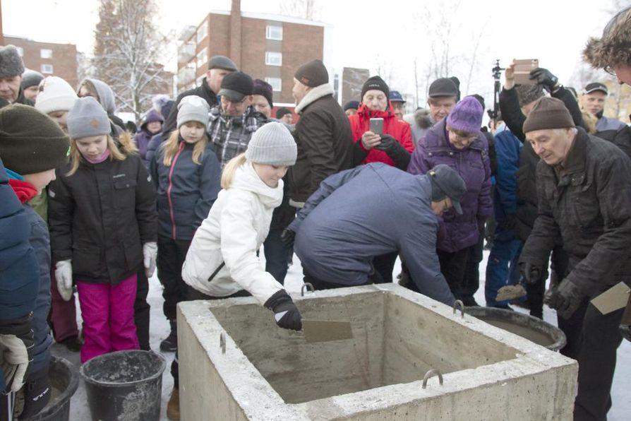 Myös yleisö pääsi lapioimaan laastia uuden kirkon peruskiveen.