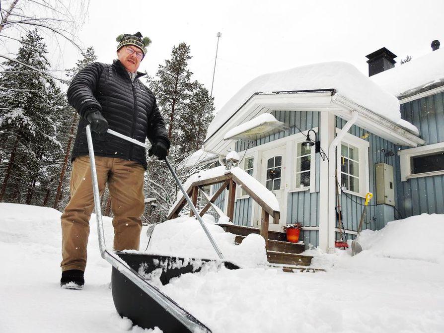 Tauno Anttonen viettää aikaa kakkosasunnollaan Vaalan Rokualla suunnilleen yhtä paljon kuin vakituisessa asunnossaan Oulun keskustassa.