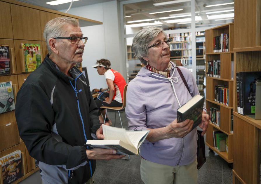Erkki ja Lea Salonkari ovat olleet Karjasillan kirjaston asiakkaita jo 19 vuoden ajan.