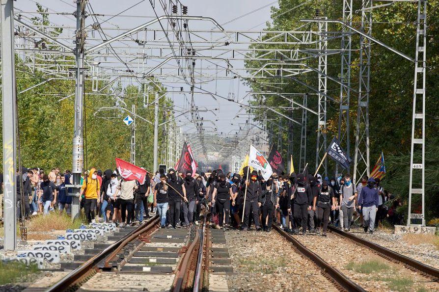 Rautatiekiskoille kerääntyneet ihmiset estivät AVE-suurnopeusjunan kulun maanantaina. Junayhteys Barcelonan ja Ranskan välillä jouduttiin sulkemaan.