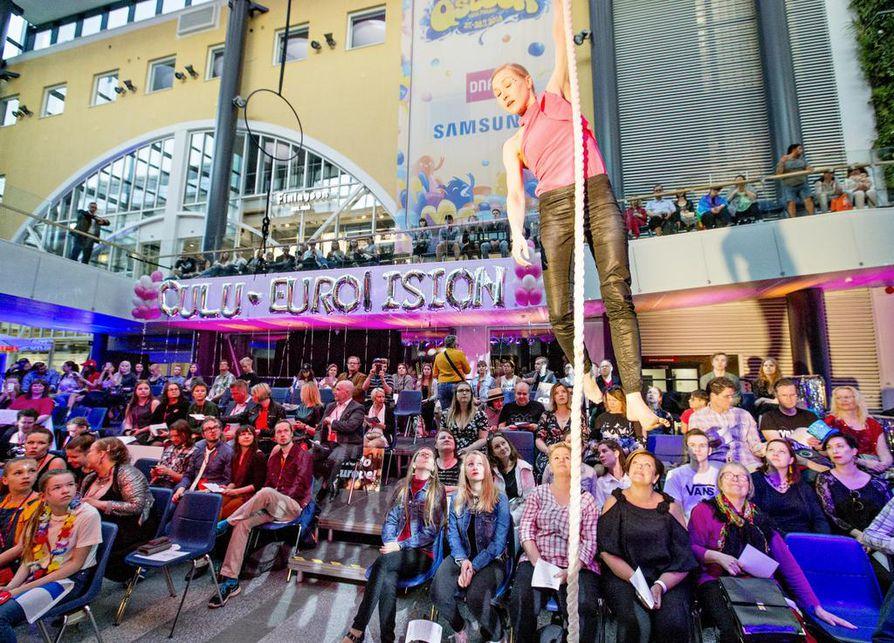 Euroviisukatsomo kauppakeskus Valkeassa olisi vetänyt enemmänkin väkeä. Paikalla oli arviolta 800 ihmistä järjestäjien mukaan.