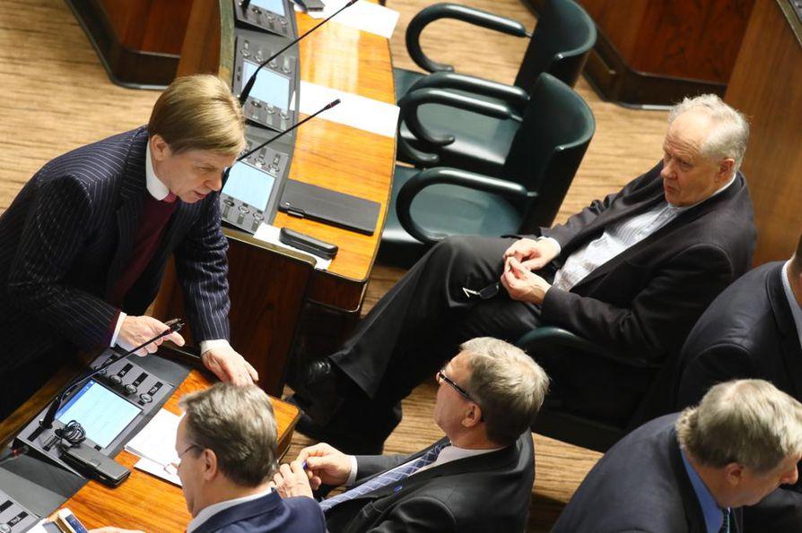 Valtiopäivien avauskeskustelussa hallitusta syytettiin tuloerojen kasvattamisesta. Myös perhevapaauudistuksen kaatuminen kirvoitti kommentteja.