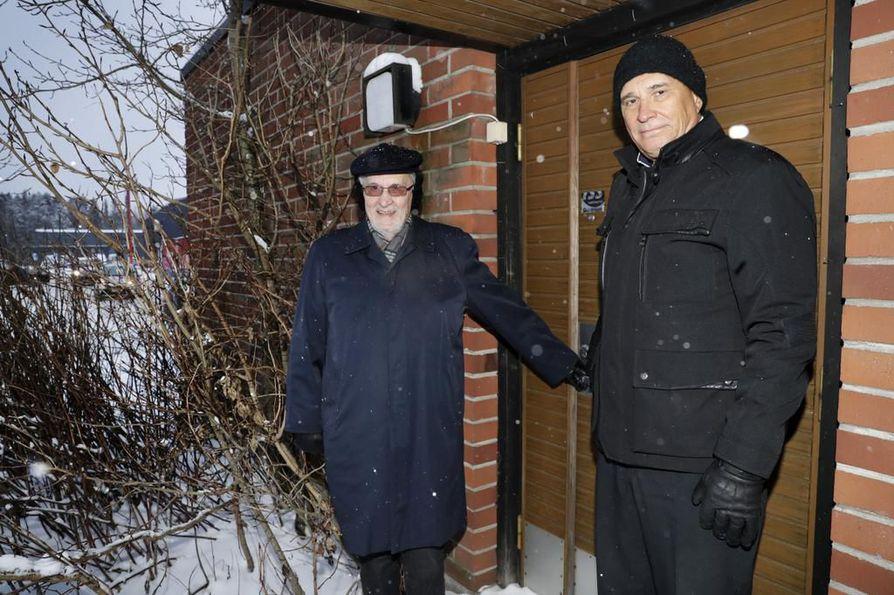 Veikko Hulkko (vas.) ja Juha Hulkko aloittivat Elektrobitin Konetiellä Ruskossa pienessä piharakennuksessa, nykyisen Puuilon naapurissa.