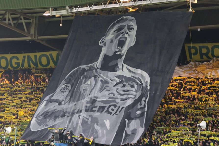 Nantesin kannattajat muistivat joukkueen entistä pelaajaa, argentiinalaissyntyistä Emiliano Salaa La Beaujoire -stadionilla Nantesissa 30. tammikuuta.