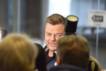 Jari Sillanpää paikalla oikeudessa – syytetään lapsen seksuaalisesta hyväksikäytöstä, laulajatähti kiistää syytteet