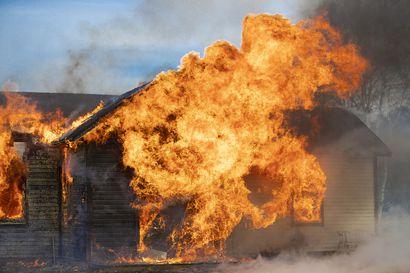 Palokunta poltti purkutalon Pattijoella