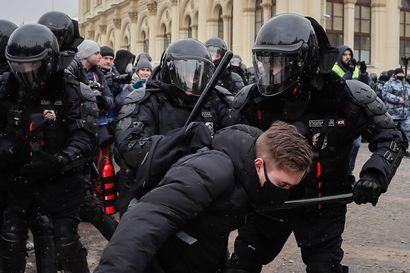 Poliisi käytti sähkötainnutinta ja kyynelkaasua pamputuksen ja pieksämisen lisäksi – Venäjän mielenosoituksissa yli 4500 pidätystä ja rajua väkivaltaa