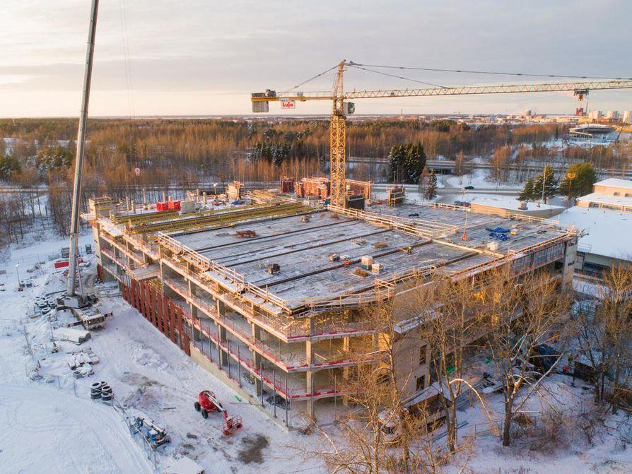 Uudesta pysäköintitalosta noin 60 prosenttia on valmiina. Rakennus avautuu asiakkaille keväällä.
