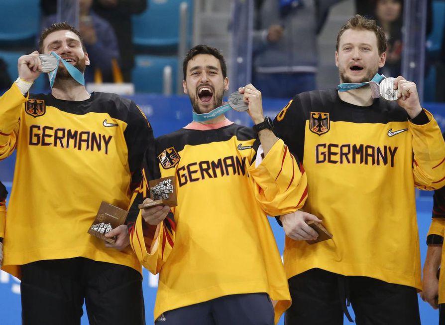 Saksalaispelaajat osasivat juhlia myös hopeamitalista.