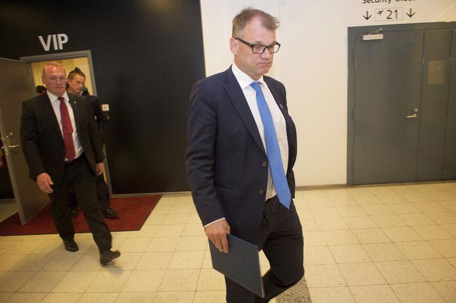 Pääministeri Juha Sipilän (kesk.) hallitus jatkaa entisellään perussuomalaisten jakautumisesta huolimatta.
