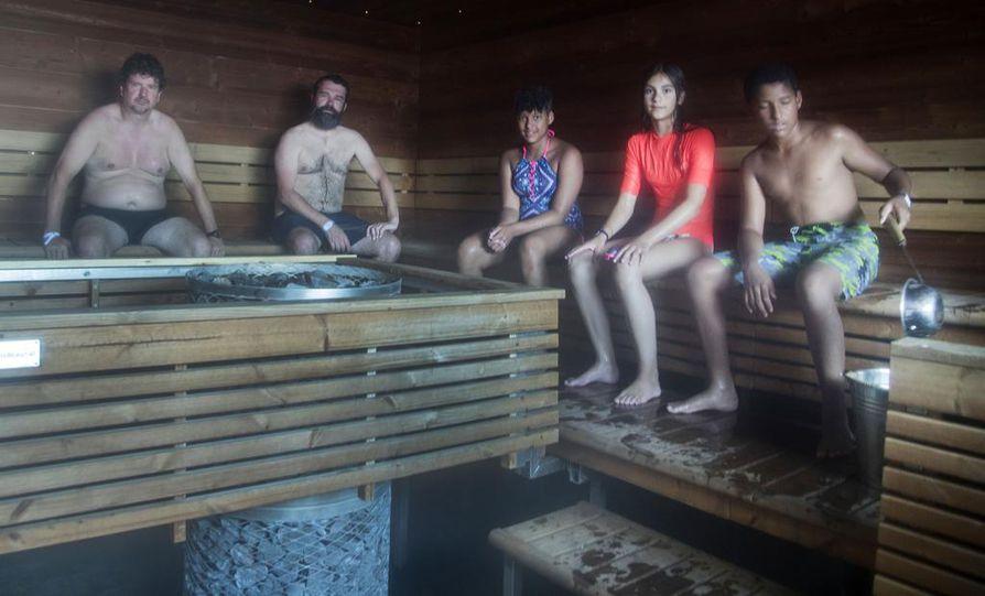 Helsingin Allas Sea Poolissa voi saunoa sähköllä lämpiävissä  yhteissaunassa sekä naisille ja miehille tarkoitetuissa saunoissa. Oulun versioon kaavaillaan puulla tai pelleteillä lämpiävää saunaa.