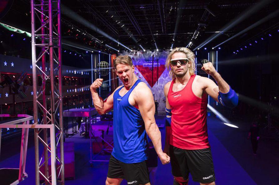Kilpailija Tuomas Simola (oikealla) käyttää itsestään roolinimeä Voittamaton. Gladiaattoreiden ensimmäisessä jaksossa Simolan kanssa kisaa myös Mikko Jokinen.