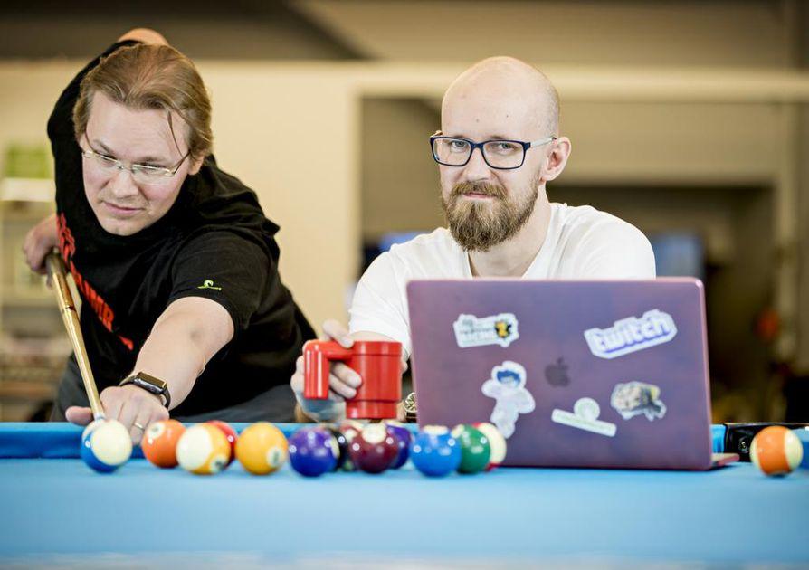 Pelikehittäjä Marko Brockman (vas.) ja AD Tuomas Soukka ovat olleet Fingersoftilla töissä jo useita vuosia. Heidän mukaansa menestys ei ole tullut firmaan biljardin pelailulla vaan 99-prosenttisesti takana on kovaa ja luovaa työtä.