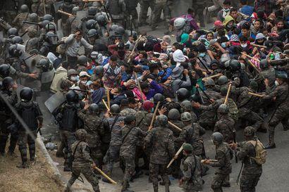 Guatemalan viranomaiset hajottivat siirtolaisten leiriä raja-alueeltaan – vuoden ensimmäinen Yhdysvaltoihin pyrkivä siirtolaiskulkue sai viikonloppuna vastaansa kyynelkaasua