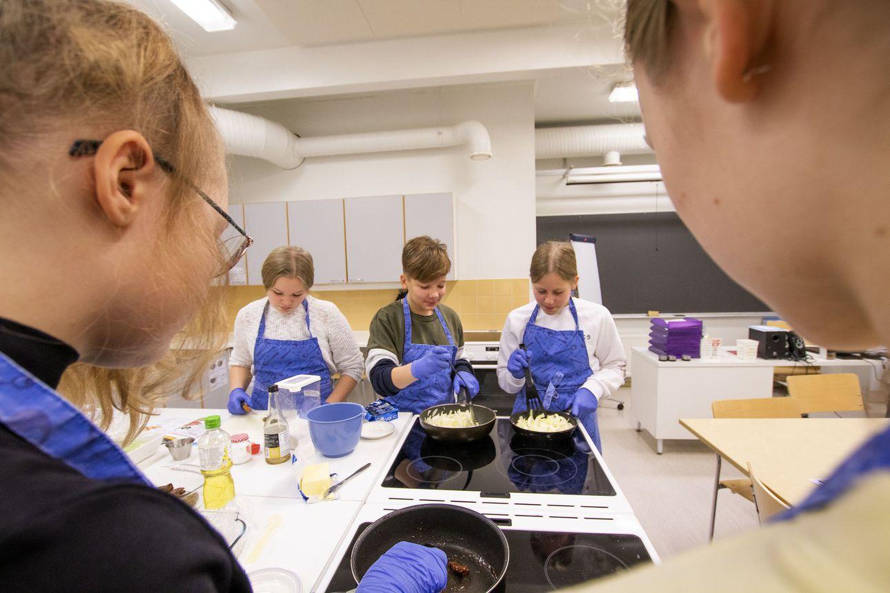 Lumijoen nuoret valmistivat herkullisen aterian kotimaisista aineksista – Kahdeksasluokkalainen Tiia kertoo tekevänsä isälleen kotona huushollisoppaa