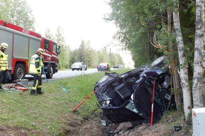 Auto suistui kyljelleen ojaan Vihannissa – kaksi henkilöä sairaalaan