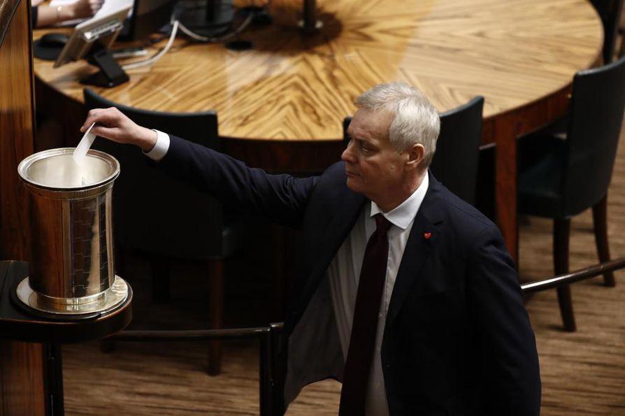 Sdp:n puheenjohtaja Antti Rinne pudotti äänestyslippunsa uurnaan eduskunnan puhemiehen vaalissa.