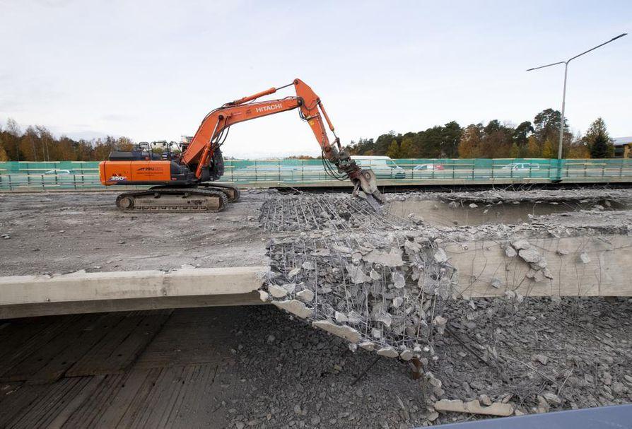 Sillan betonikansi murskataan ja betonimurska pudotetaan työtasolle joen päällä. Betoni kerätään myöhemmin pois kierrätettäväksi samoin kuin betonissa olevat teräkset.