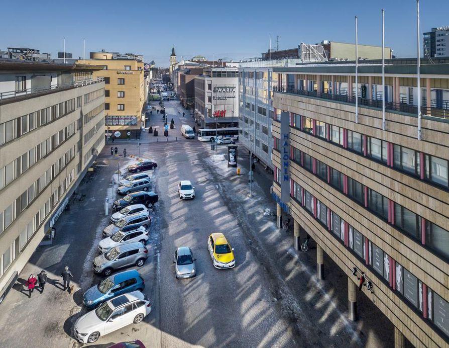Korkeaa rakentamista halutaan Ouluun maltilla. Se tiivistäisi keskustan rakennetta ja lisäisi urbaanisuutta.       Rotuaari, Kirkkokatu, Oulun keskusta, kaupunkimiljöö.