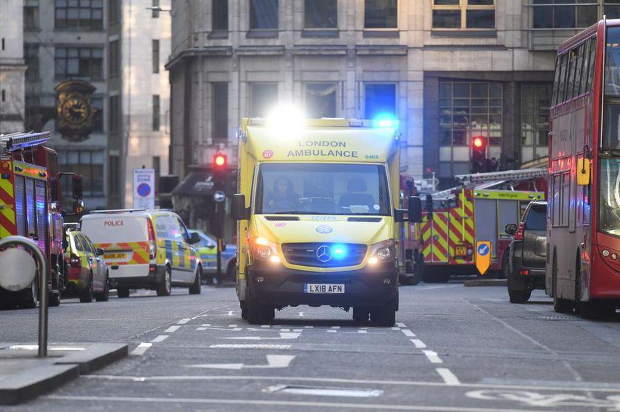 Ambulanssi liikkui tapahtumapaikalla London Bridgen alueella perjantaina. Lontoon keskustassa sijaitseva silta on kaupungin tunnettu maamerkki.