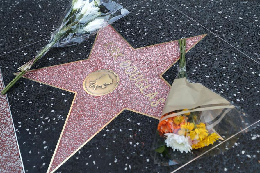 Kirk Douglasin tähdelle oli tuotu kukkia Hollywoodin Walk of Famella.