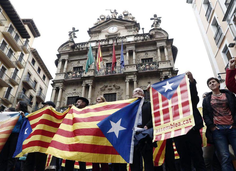 Ihmiset itsenäisyyttä kannattavien lippujen ja lauseiden kanssa Pampalonan kaupungintalon edustalla. Kataloniassa äänestetään sunnuntaina itsenäisyydestä.