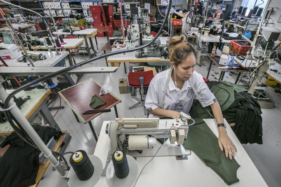 Svalan vaatetehtaalla Kärsämäellä tehdään paljon vihreitä vaatteita.