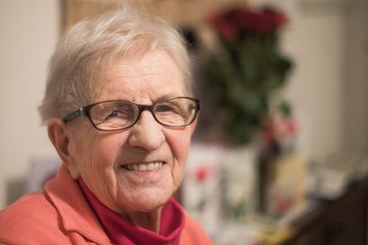 """""""Asta ja Vesta, sieltä ne tullee"""" – Asta Karvonen, 90, muutti Oulusta Irniin 60-luvulla ja näin myymälänhoitajasta tuli kertaheitolla maatilanemäntä"""