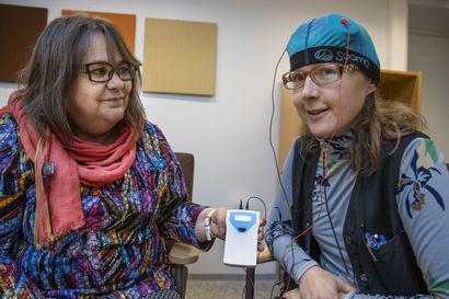 Suomalaisyhtiön kehittämällä laitteella voidaan hoitaa masennusta sähkövirralla kotioloissa – Oulussa jonot hoitoihin ovat pitkät