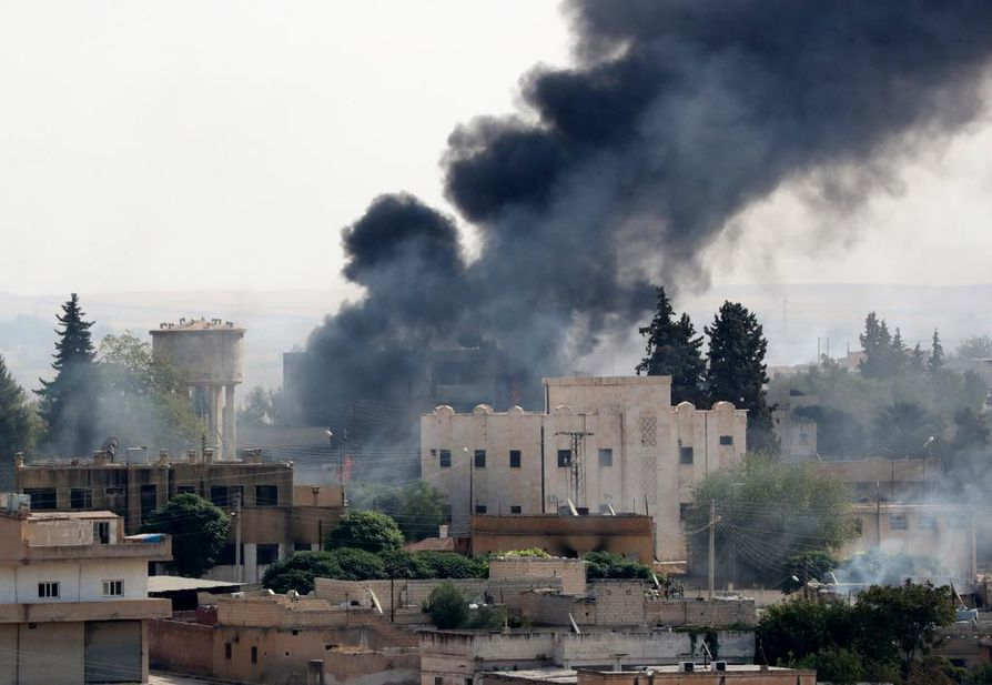 Turkin puolelta otettu kuva näyttää Turkin joukkojen tekemien pommitusten tuhoa Ras al-Ainin kaupungissa Syyriassa.