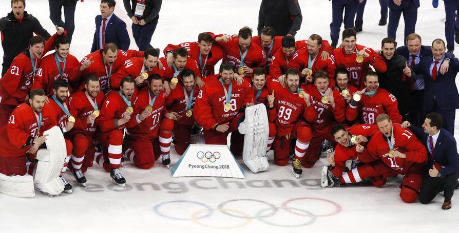 Venäläisurheilijoista koostuva joukkue juhli olympiakultaa.
