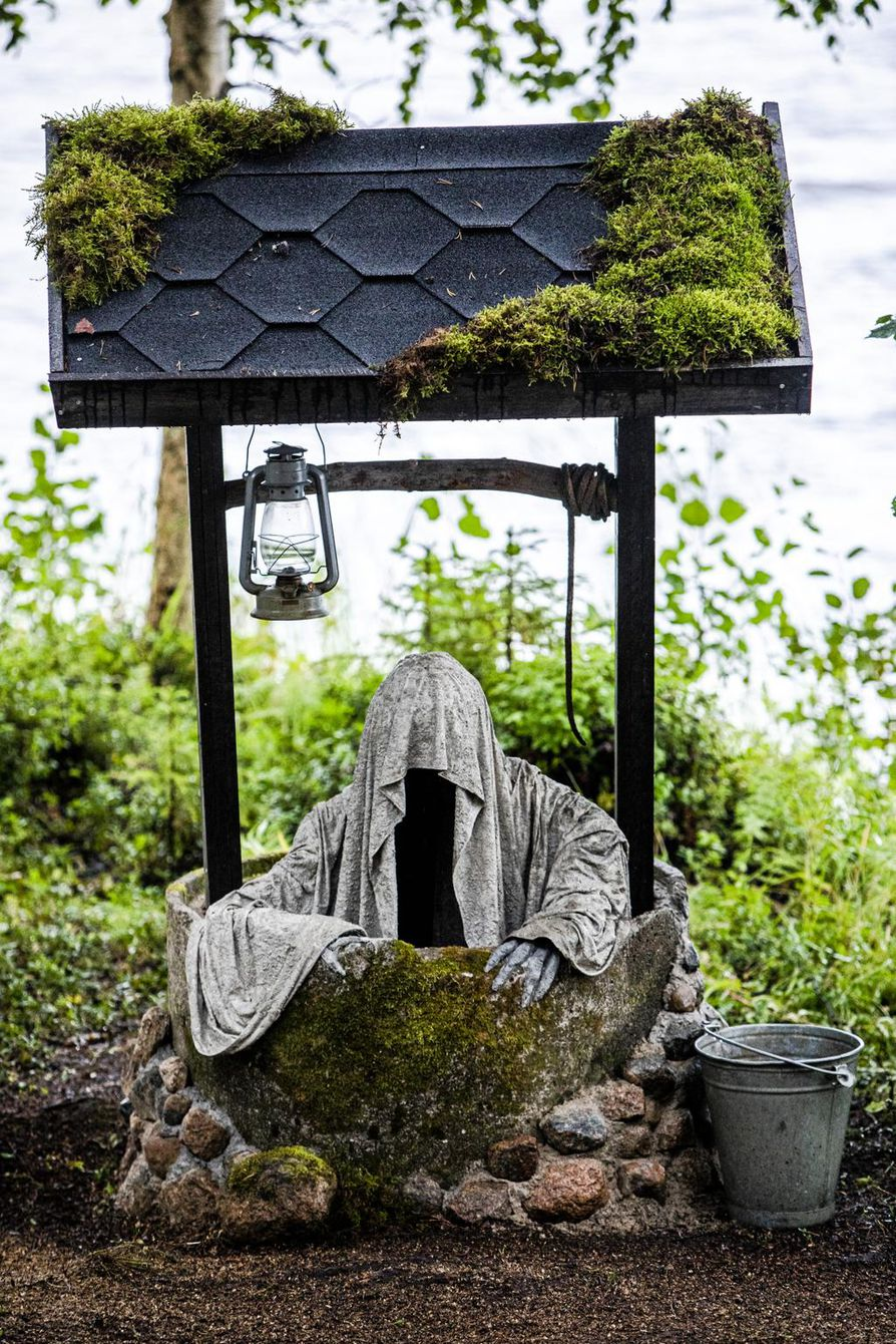 Kaivon haamun kaivo saatiin Facebookin Roskalava-ryhmästä. Kivet kaivon ympärillä Pilve-Salminen keräsi itse metsästä. Haamun tekemisessä on käytetty muun muassa kanaverkkoa, jota on helppo muotoilla.