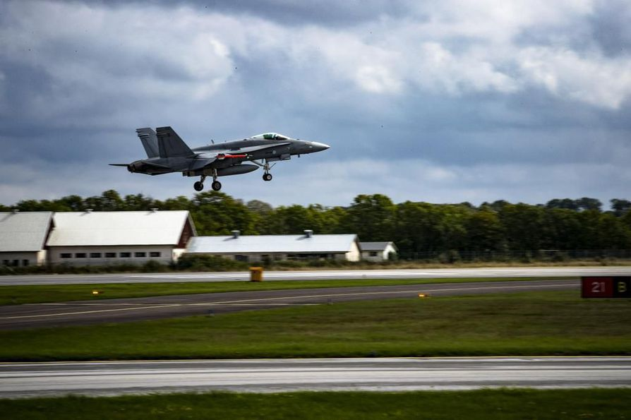 Nykyiset Hornet-hävittäjät vanhentuvat vähitellen. Suomi on korvaamassa ne 2020-luvulla uuden sukupolven hävittäjällä. Tuleva hallitus päättää hävittäjien valinnasta ja määrästä puolustushallinnon esityksen pohjalta.