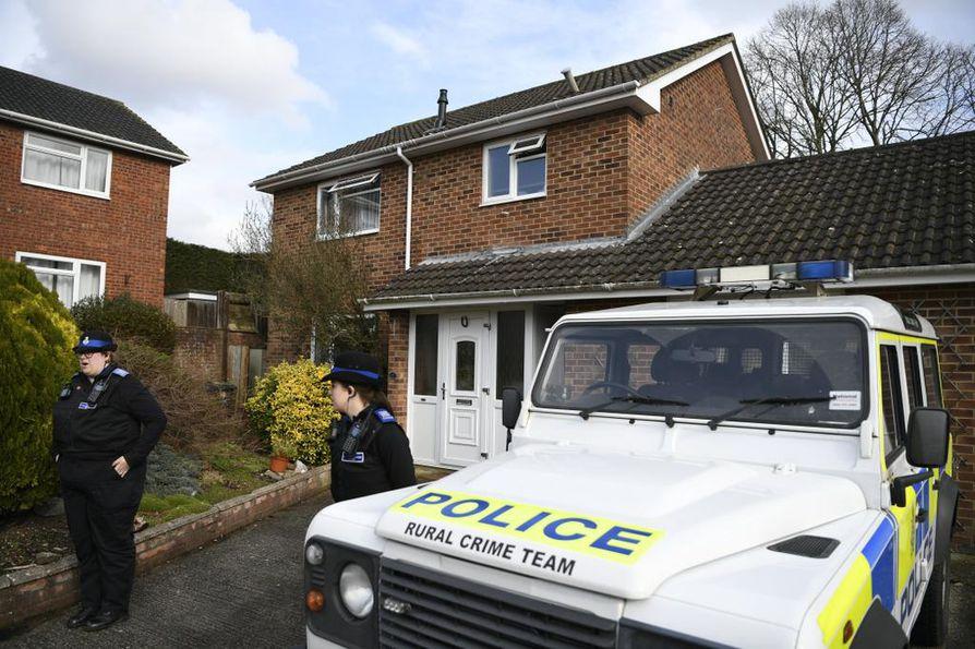 Poliisi vahtii taloa, jonka oletetaan olleen Sergei Skripalin kotina Salisburyssa.