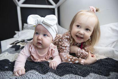 """Torniolaiset Hoolit viettävät aktiivista vauva-arkea - """"Jos jäisimme aina neljän seinän sisälle, en varmasti pysyisi hereillä."""""""